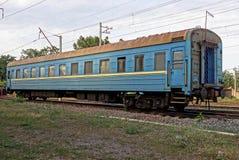 Automóvel de passageiros azul nos trilhos na estrada de ferro Fotografia de Stock