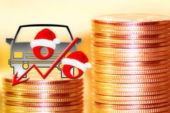Automóvel de passageiros e sinal de por cento vermelho em um fundo do dinheiro Foto de Stock Royalty Free