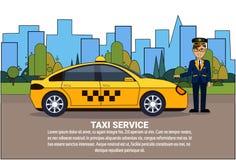 Automóvel de Standing At Yellow do taxista sobre o fundo da cidade da silhueta com conceito do serviço do táxi do espaço da cópia Fotos de Stock Royalty Free