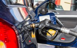 Automóvel no posto de gasolina, tanque aberto, abastecendo-se fotografia de stock