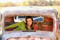 Automóvel velho oxidado com mulher nova para dentro fotografia de stock royalty free
