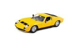 Automóvil amarillo del vehículo de Toy Car Lamborghini Miura Sport que compite con Imagenes de archivo