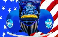 Automóvil americano del ` s de la obra clásica 50 del coche de carreras y y la bandera americana Foto de archivo libre de regalías
