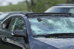 Automóvil arruinado por la tormenta del saludo