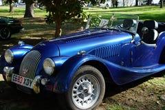 Automóvil azul del automóvil descubierto de Morgan imagen de archivo