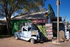 Automóvil azul oxidado en Seligman, Arizona Imagen de archivo