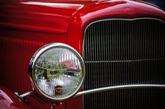 Automóvil clásico en rojo de cereza fotos de archivo libres de regalías