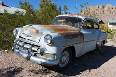Automóvil del vintage en el desierto Foto de archivo libre de regalías