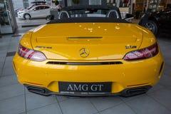 Automóvil descubierto amarillo de Mercedes GT C fotografía de archivo libre de regalías