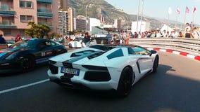 Automóvil descubierto blanco y negro de Lamborghini Aventador LP 700-4 almacen de metraje de vídeo