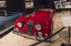 Automóvil descubierto 1956 de Jaguar XK140 bujía métrica en la exposición en el museo en Amman, la capital del coche de rey Abdul fotos de archivo libres de regalías