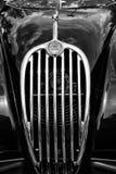 Automóvil descubierto de Jaguar XK140 del coche de deportes del radiador (motor que se refresca), (blanco y negro) Foto de archivo libre de regalías