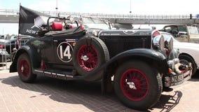 1929 automóvil descubierto del modelo 75 de Chrysler, bandera de Nueva Zelanda, coche retro almacen de video