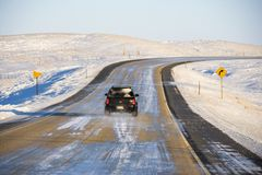 Automóvil en el camino helado. Foto de archivo libre de regalías