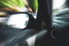 Automóvil en el movimiento con el fondo de la falta de definición foto de archivo