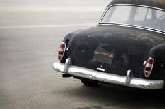 Automóvil negro aherrumbrado de b Imagen de archivo