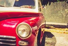 Automóvil retro rojo del vintage fotos de archivo libres de regalías