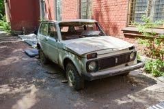 Automóvil ruso roto abandonado Lada en la ciudad abandonada i Fotos de archivo