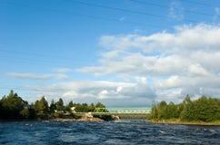 Automóvil y puentes ferroviarios a través del río de Vuoksi Foto de archivo libre de regalías