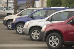 Automóviles nuevos y usados imagen de archivo