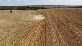 Трактор подготавливая землю на засевать 16 строки воздушные, концепцию культивирования, засева, вспахивая поле, трактор и autom п видеоматериал