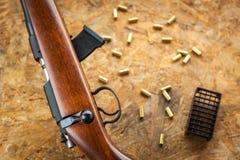 Automaat en geweer met patronen en shells, die op de straat schieten Stock Fotografie