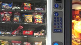 Automaat, Spaanders, Koekjes, Suikergoed stock video