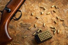 Automat und Gewehr mit den Patronen und Oberteilen, schießend auf der Straße Lizenzfreies Stockfoto