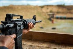 Automat und Gewehr mit den Patronen und Oberteilen, schießend auf der Straße Lizenzfreie Stockfotos