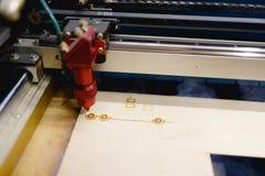 Automaten bränner den lägre linjen på workpiecen med laseren Bästa sikt på ett vinkelslut upp arkivbilder