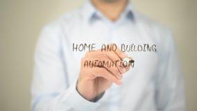 Automation de maison et de bâtiment, écriture d'homme sur l'écran transparent Image libre de droits