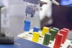 Automation de transfert de bras robotique photographie stock libre de droits