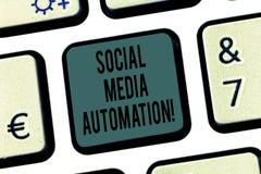 Automation sociale de médias des textes d'écriture de Word Concept d'affaires pour l'automation de signaler le contenu au clavier image stock