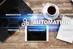 Automationbegrepp som en innovation och att förbättra produktivitet i teknologi- och affärsprocessar arkivbilder