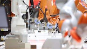 Automationlösningar av framtiden med robotarmar på Kuka står på den Messe mässan i Hannover, Tyskland stock video