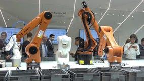 Automationlösningar av framtiden med robotarmar på Kuka står på den Messe mässan i Hannover, Tyskland arkivfilmer