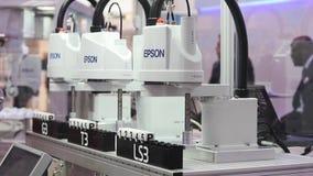 Automationlösningar med den Epson robotarmen i monteringsband på Epson står på den Messe mässan i Hannover, Tyskland arkivfilmer