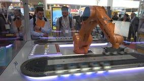 Automationlösningar med den Kuka robotarmen och Ethercat på Beckhoff står på den Messe mässan i Hannover, Tyskland lager videofilmer