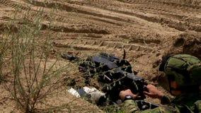 Automatique stupéfiez le lance-grenades, tirant à l'ennemi, des actions militaires banque de vidéos