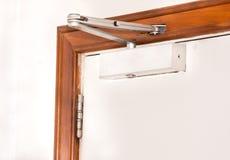 Automatisch, eine Tür schließend Stockbild