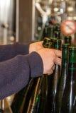 Automatisch gefüllte Flaschen werden von der Tankstelle entfernt lizenzfreies stockbild