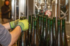 Automatisch gefüllte Flaschen werden von der Tankstelle entfernt stockfotos