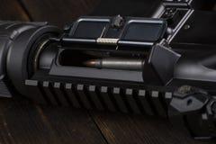 Automatisch geweer op de lijst royalty-vrije stock afbeeldingen