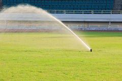 Automatisch het water geven systeem op gras Stock Afbeelding