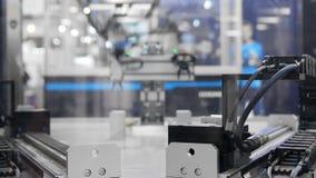 Automatisch robotwapen die in industriële omgeving werken stock videobeelden