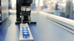 Automatisch robotwapen die in industriële omgeving werken stock video