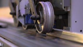 Automatische bepaling van de lengte van een houten straal, aftastend mechanisme, het mechanismeclose-up van de houtbewerkingsmach stock videobeelden