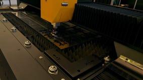 Automatische besnoeiing van metaal Geprogrammeerde machine die met staal werken stock videobeelden