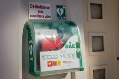 Automatische defibrillator op het wijfje royalty-vrije stock foto
