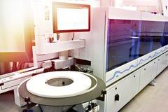 Automatische edgebandermachine op fabriek stock foto's